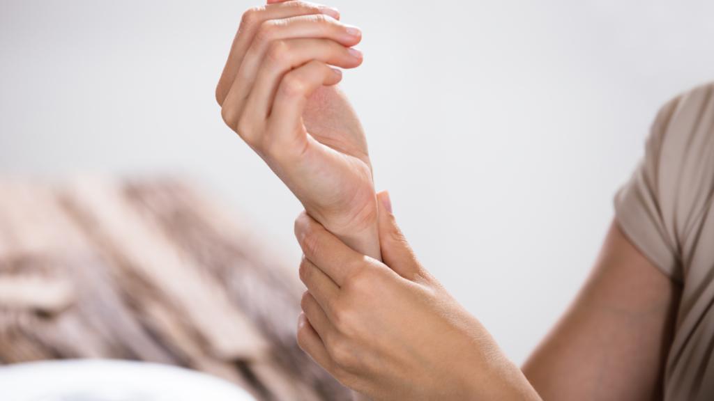 วิธีป้องกัน-บรรเทา-อาการปวดข้อมือ-นิ้วโป้ง